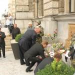 Pokládání kytic k pomníku na náměstí Dr. E. Beneše