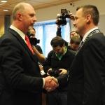Skutečně i symbolicky podaná ruka: Petr Skokan blahopřeje novému hejtmanovi Martinu Půtovi.